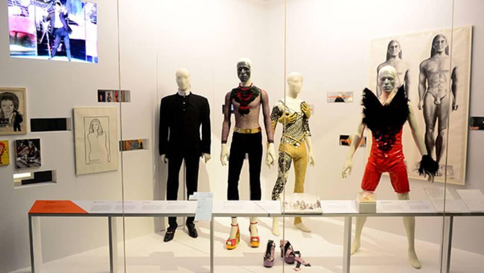 David Bowies kläder vid en utställning på ett brittiskt museum tidigare i år.