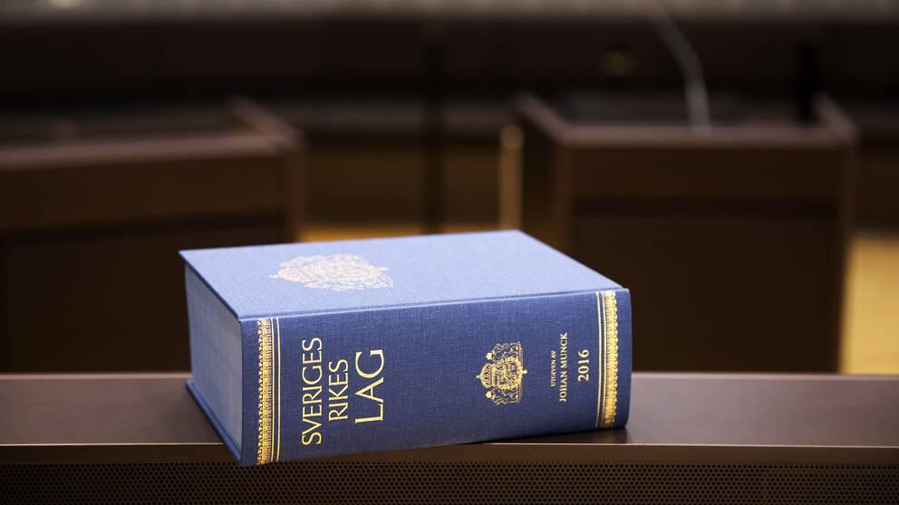 Lagbok från 2016 ligger på ett bord