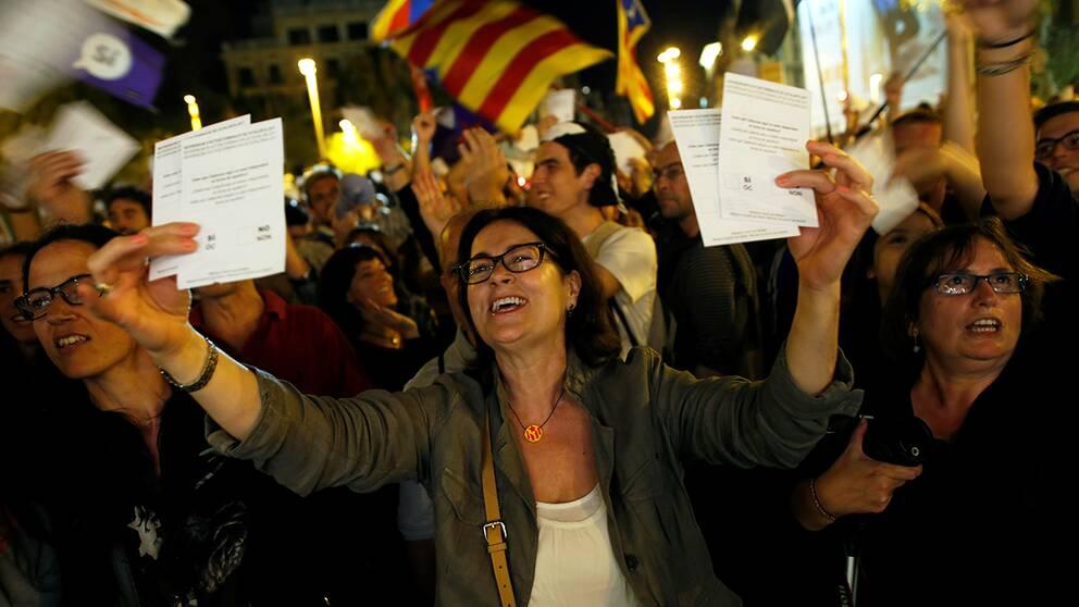 Kvinna i Barcelona håller i valsedlar
