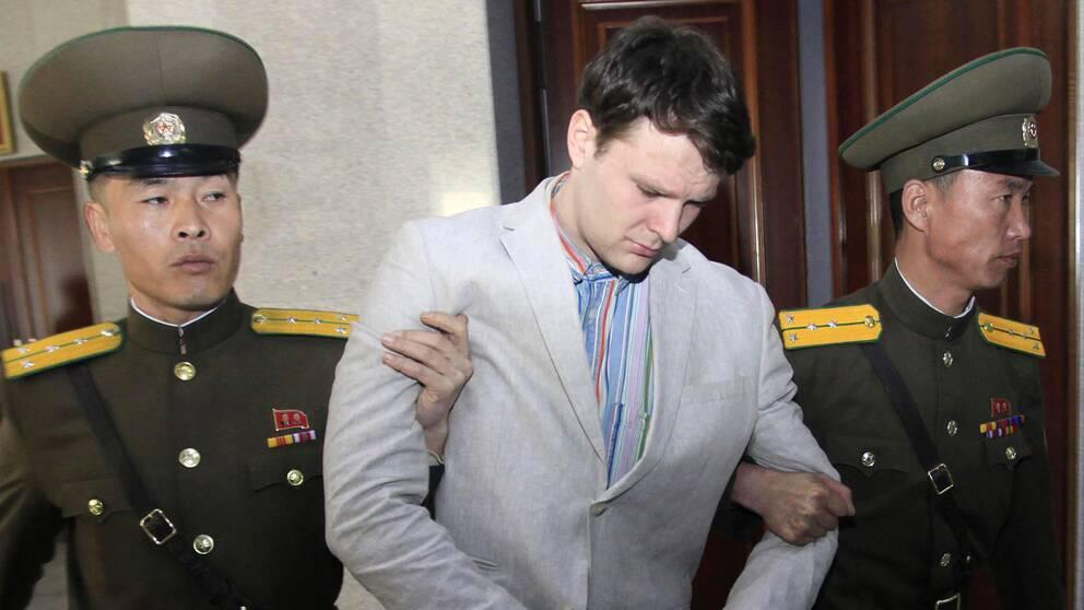 Otto Warmbier eskorteras i rätten i Pyongyang i januari 2016.