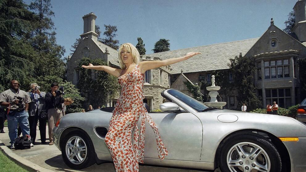 Victoria Silvstedt utanför Playboy mansion 1997.