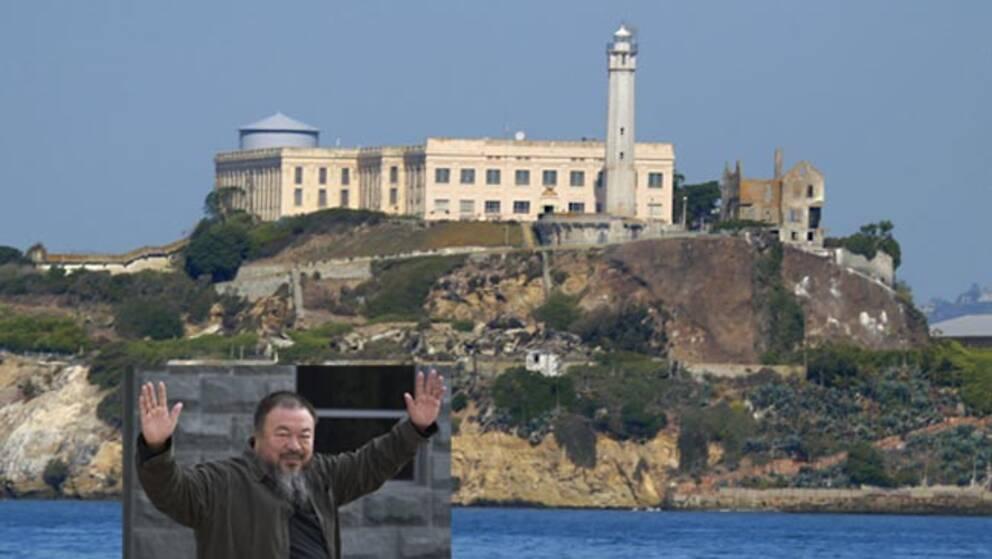 Den kinesiske konstnären Ai Weiwei på väg till Alcatraz. Bilden är ett montage.