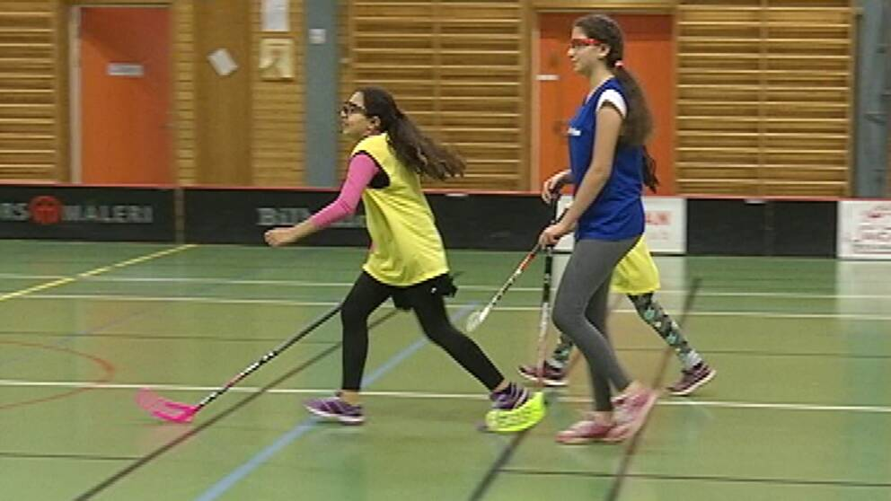 Asylsökande tjejer som spealar innebandy i Hagfors