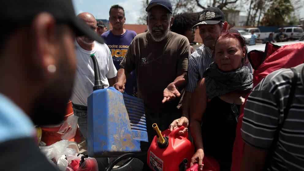 Människor köar i timmar till en bensinstation i Puerto Rico.