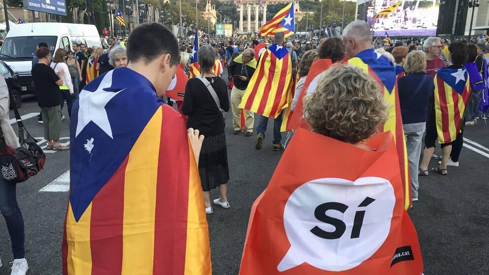 Gatufest vid berget Montjuic i Barcelona. Festen är tänkt som en avslutning på kampanjen för en folkomröstning om självständighet i Katalonien på söndag.