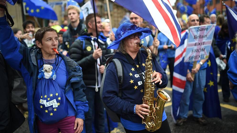 En demonstrant spelar Ode to Joy på saxofon.