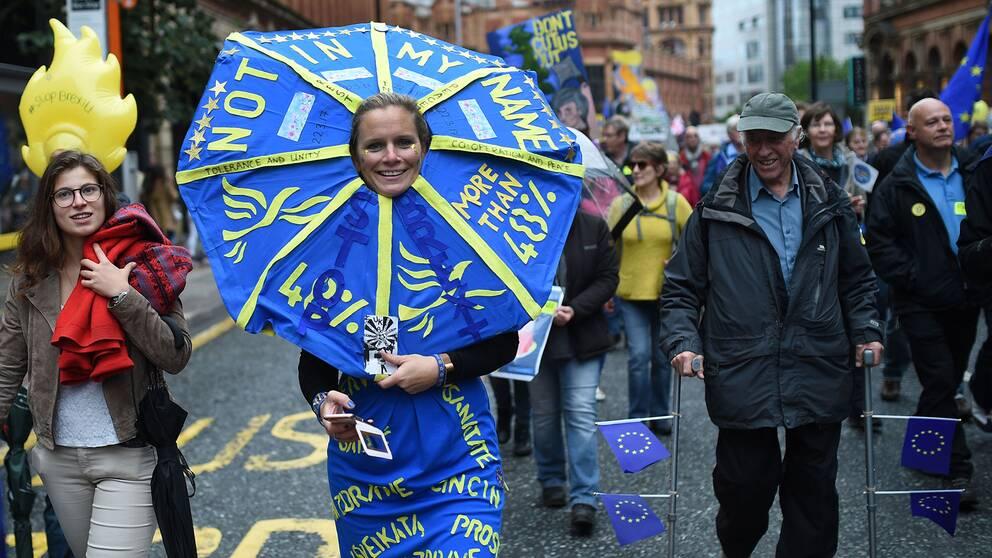 En glad brexit-demonstrant.