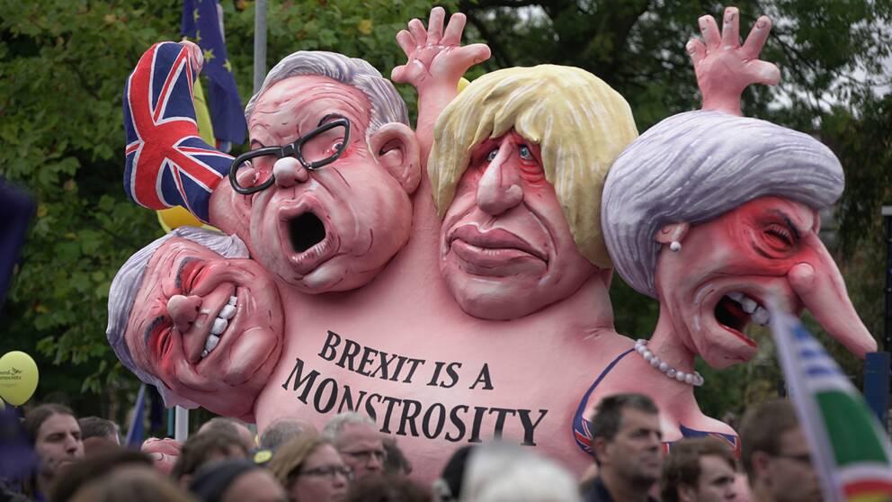 En brexit-kritisk skulptur som föreställer bland andra Theresa May och Boris Johnson.