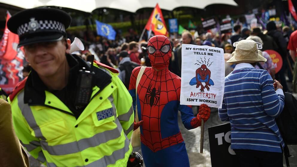 En demonstrant utklädd till spindelmannen.