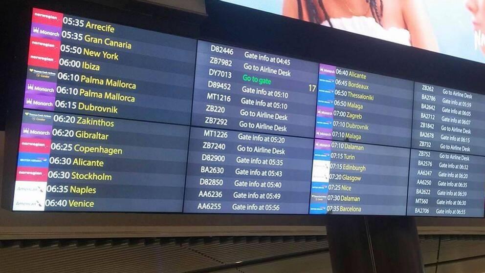 """En tavla med flygavgångarna där det står """"gå till flygbolagets servicedesk"""""""