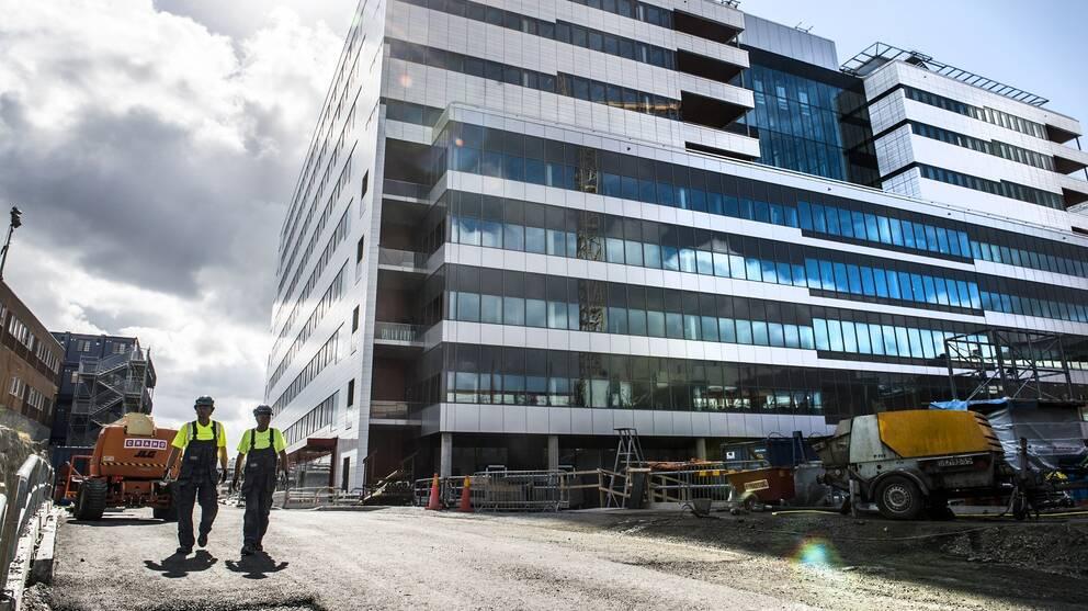 Byggnadsarbetare utanför Nya Karolinska.