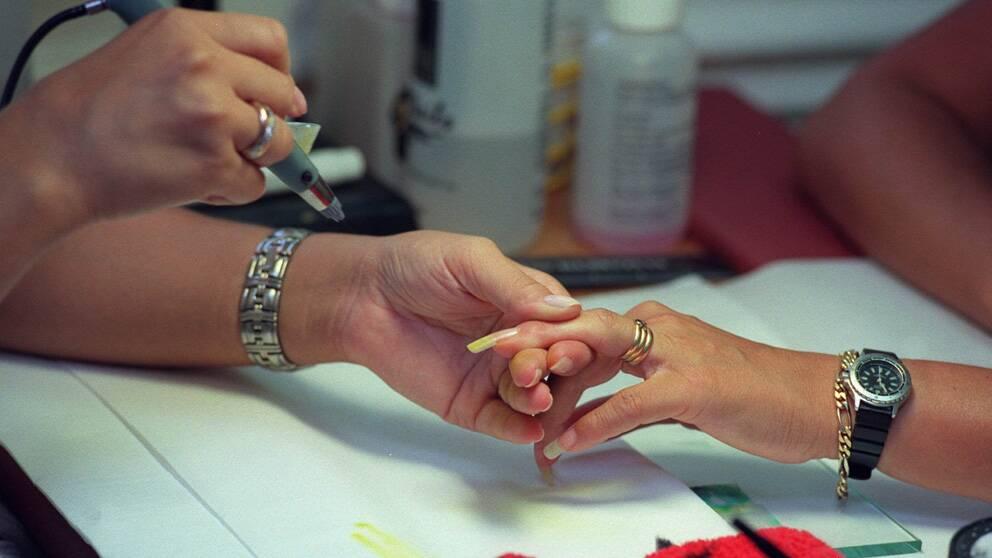 Olagliga arbetstillstånd säljs av nagelsalonger