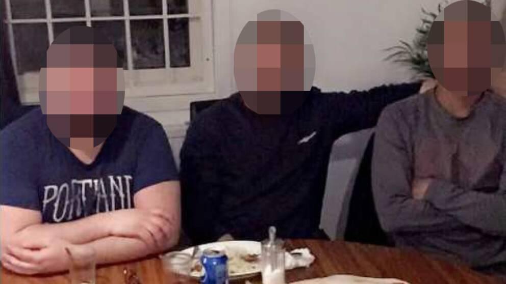 Bild på misstänkt mördare tillsammans med ett av offren.
