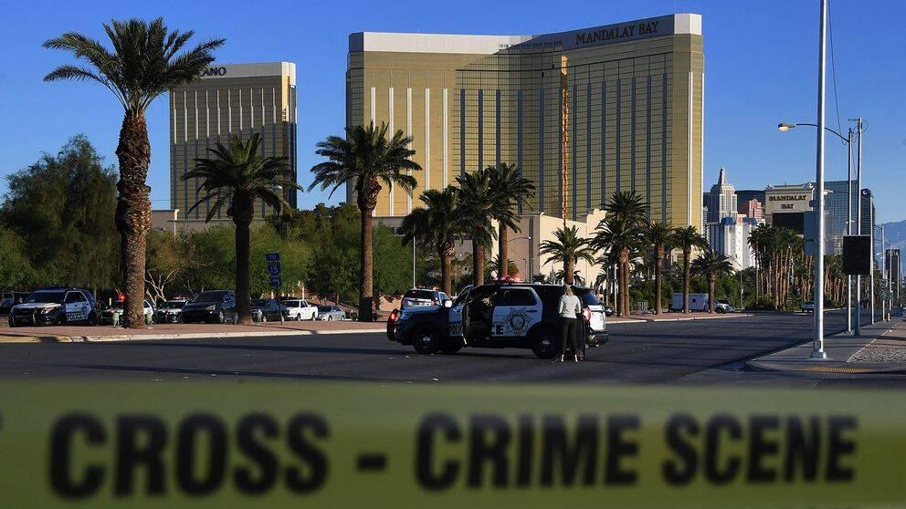 Bilder tagna i hotellrummet där Stephen Paddock utförde masskjutningen i Las Vegas, visar skjutvapen på stativ och stora mängder tomhylsor på golvet.
