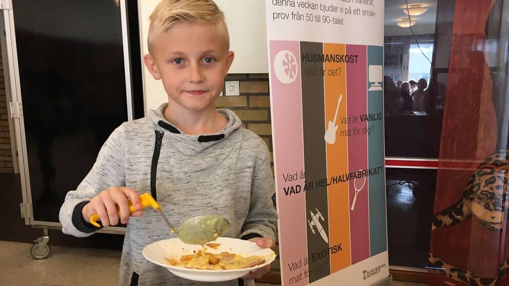 Eleven Theo Johansson hämtar mat, dagens måltid är Kassler Hawaii.