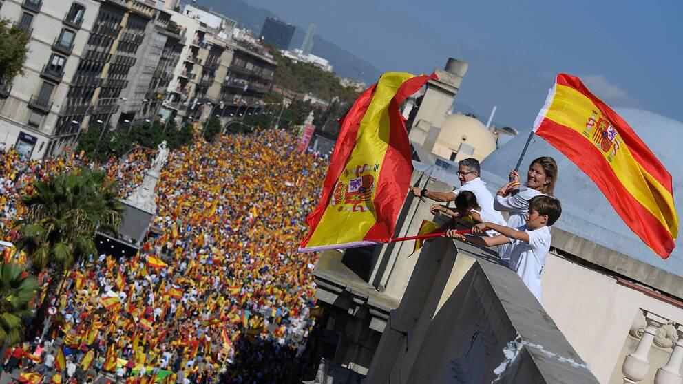 Tusentals människor demonstrerade för ett enat Spanien i Barcelona under söndagen.