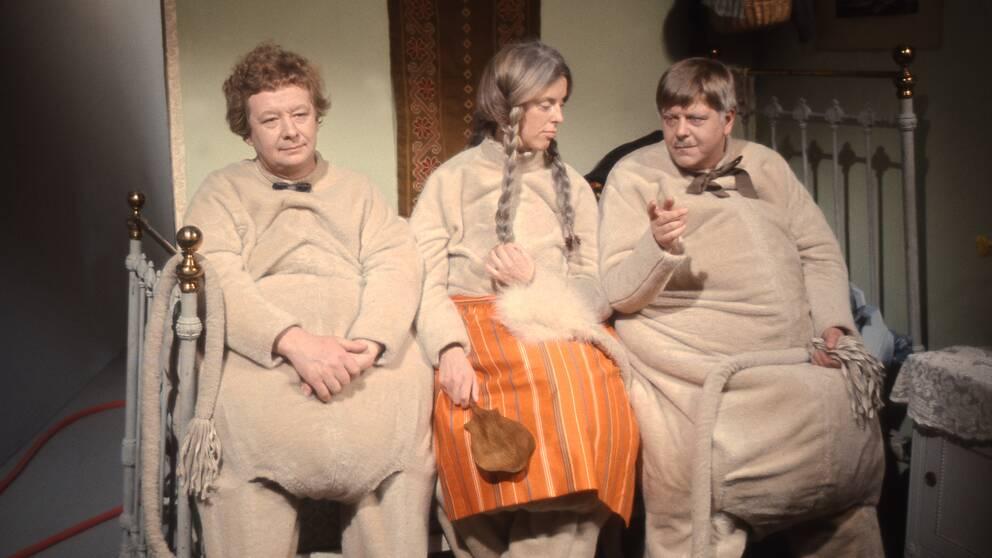 Birgitta Ulfsson som Muminmamman under en inspelningav Tove Janssons Mumintrollen