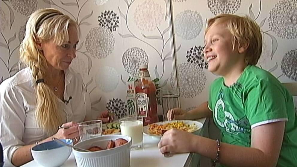 Nina Törnström tillsammans med sonen Leo.