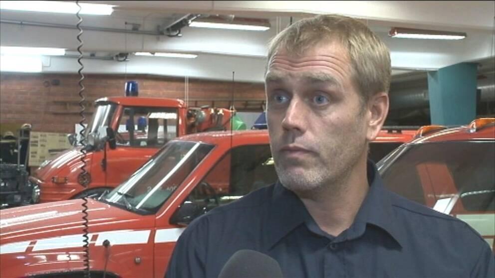 en man i brandkårens garage