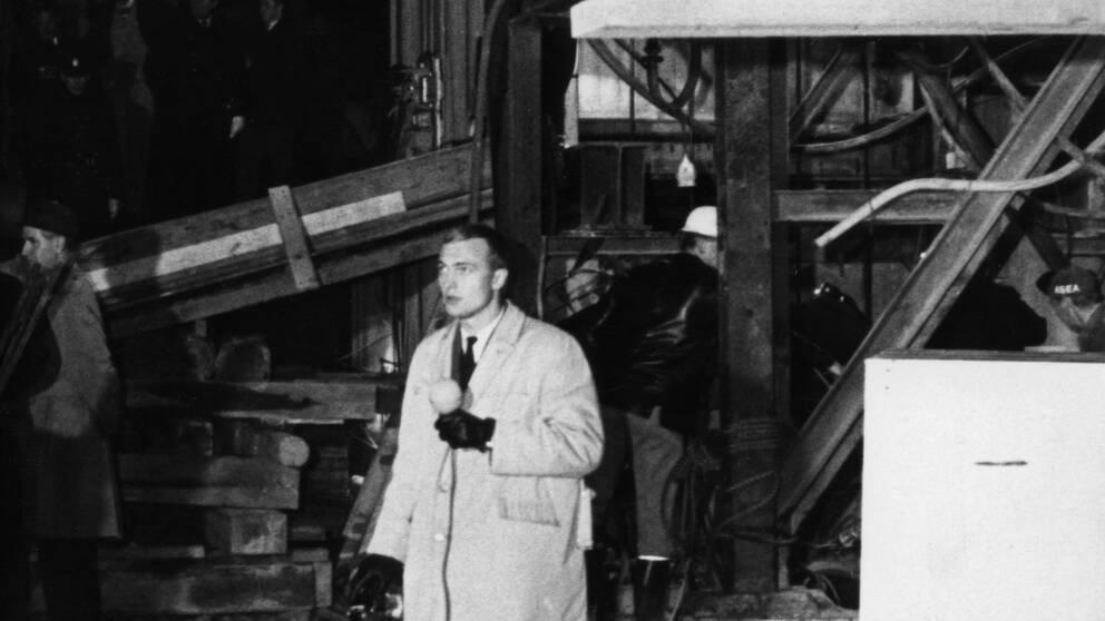 Aktuellts reporter Bo Holmström rapporterar från olycksplatsen på Söder. Det s k Stora tunnelraset inträffade den 9 november 1965 när Televerkets kabeltunnel skulle byggas vid Skanstull.