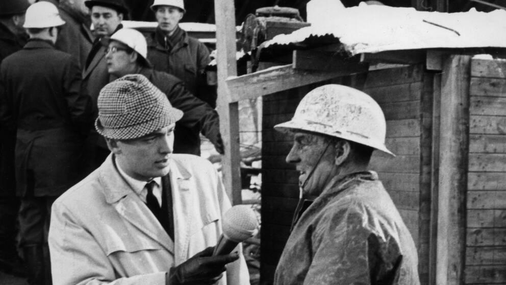 Aktuellts reporter Bo Holmström intervjuar räddningspersonal på olycksplatsen. Det s k Stora tunnelraset inträffade den 9 november 1965 när Televerkets kabeltunnel skulle byggas vid Skanstull.