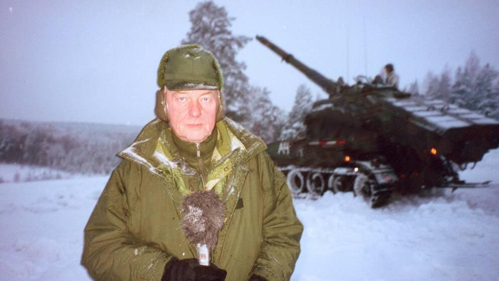 Bo Holmström, journalist, utrikeskorrespondent, program- ledare, finansreporter. Bilden tagen i samband med repotage av Reportrarna om försvarets brister i utbildningen.