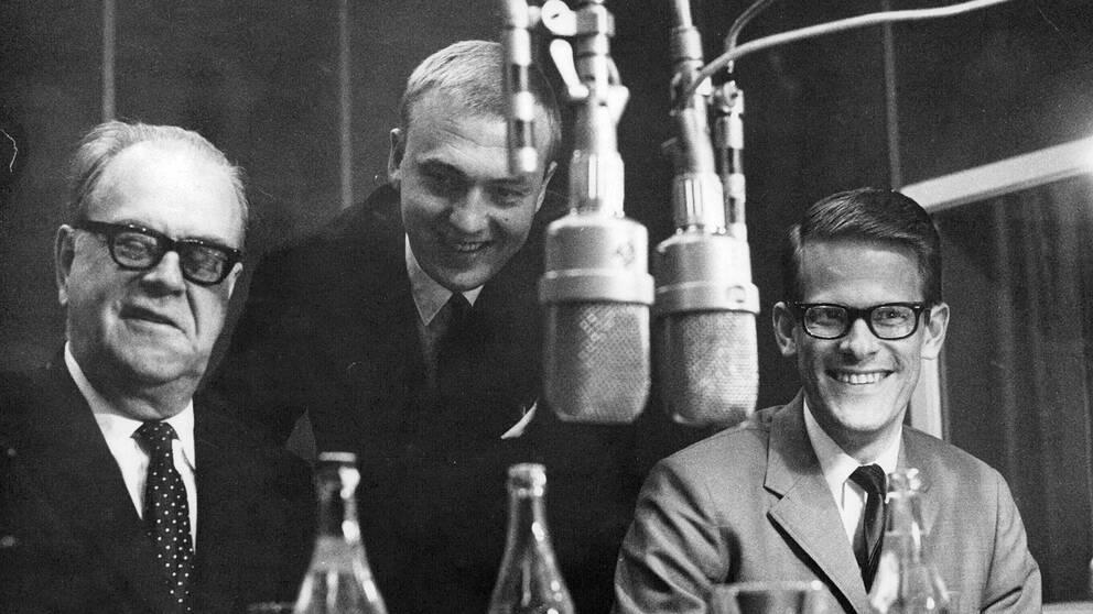 Statsminister Tage Erlander, radions inrikeschef Bo Holmström och statssekreterare Ingvar Carlsson i studion hos Sveriges Radio