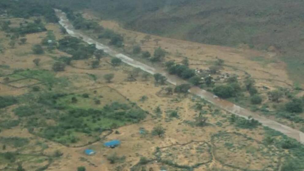 Flygbild över den vattentäckta vägen.