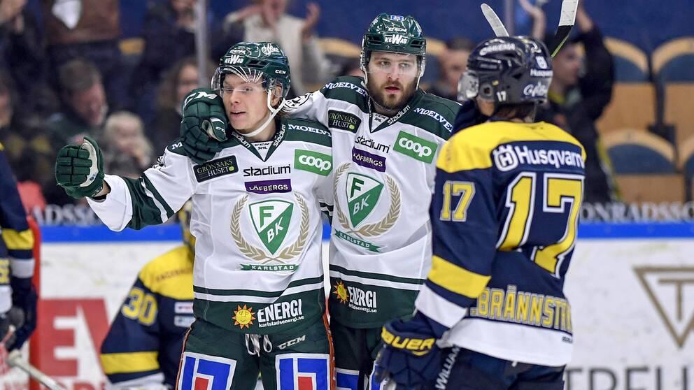 Oskar Steen och Mikael Wikstrand firar med hockeyutrustningen på.