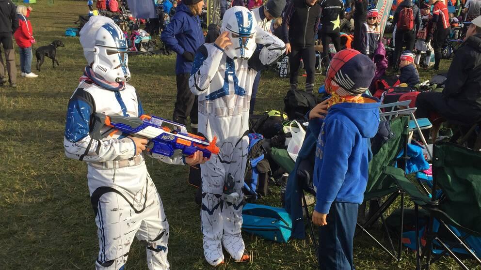 Två barn utklädda till stormtroopers