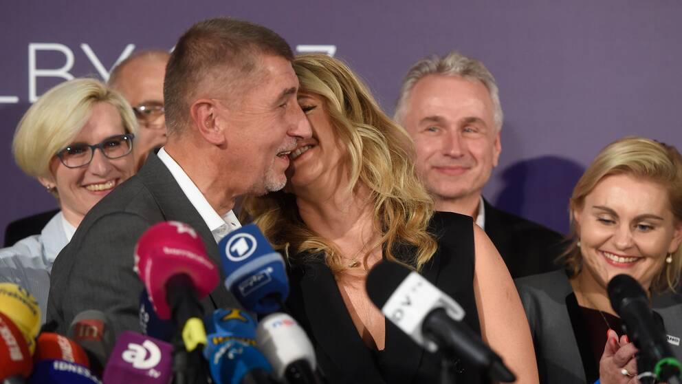 ANO-ledare och miljardären Andrej Babis kysser sin fru vid besked om valvinst.