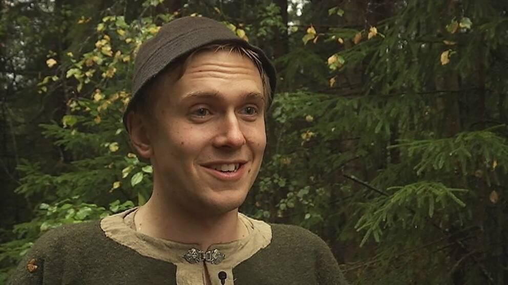 Peder Liljeroth, arrangör för lajvet Morgondagens gryning i Marks kommun, förklarar reglerna.