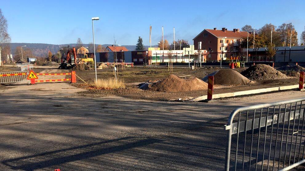 Centrala Bollstabruk genomgår just en total förvandling – fem övergivna fastigheter har nu rivits och arbetet med att anlägga en park på platsen har startat.