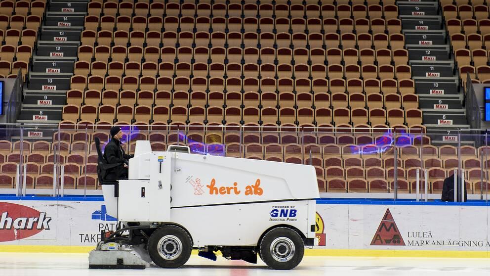 Splitter nya 20-tal spelare insjuknade efter hockeymatch   SVT Sport CJ-83