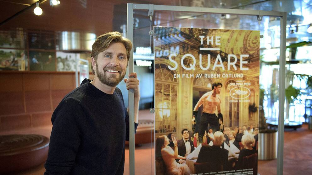 Ruben Östlunds håller in en plansch med sin film The Square.