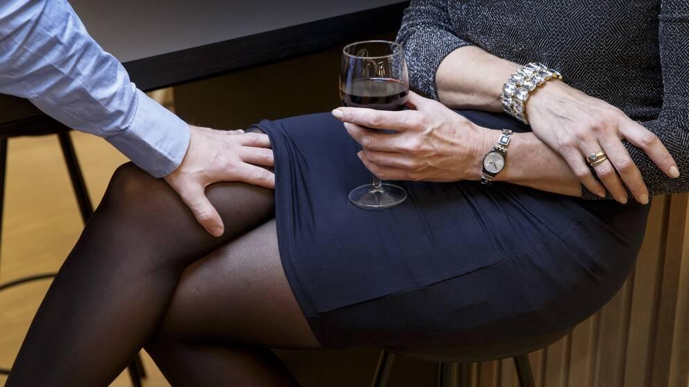 Man tafsar på kvinnas ben i kontorsmiljö. Arkivbild.