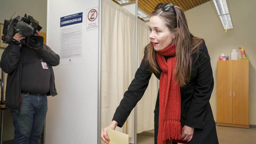 Vänsterpolitikern Katrín Jakobsdóttir röstar i Reykjavik.