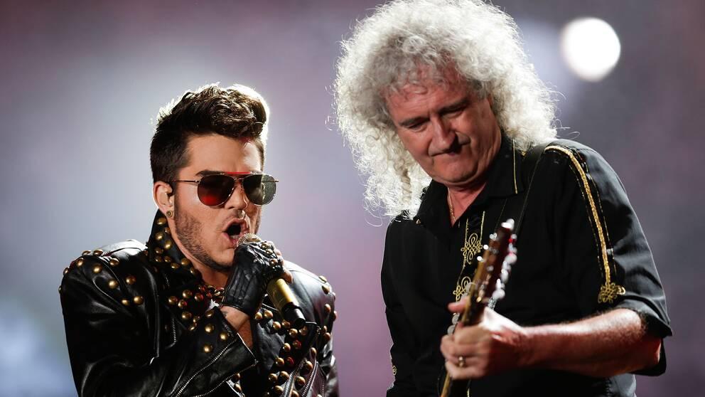 Adam Lambert och Brian May på scen med Queen.