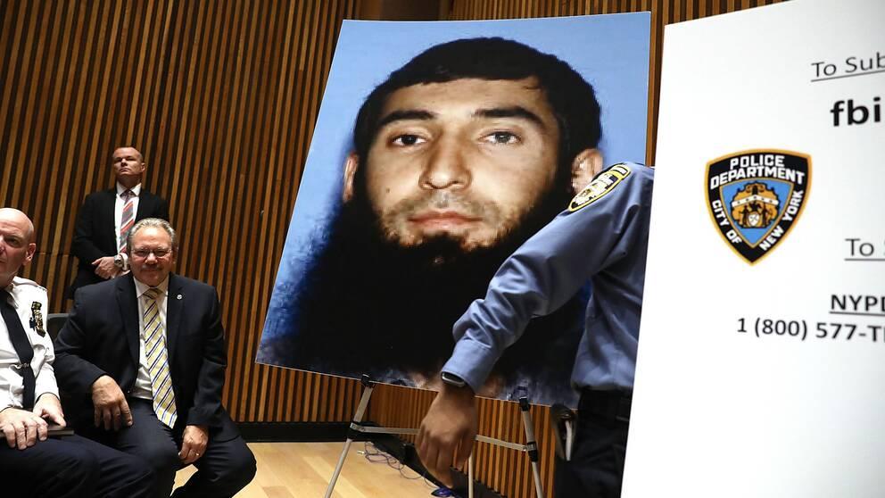 En bild på den misstänkte gärningsmannen i New York, Sayfullo Saipov, visas upp på en presskonferens om terrorattacken.