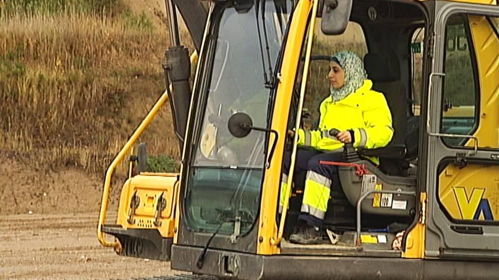 Ghalia Alhindi i en grävmaskin