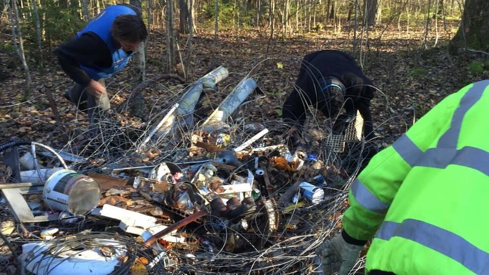 Skräp tas bort i skogen utanför Pålsboda