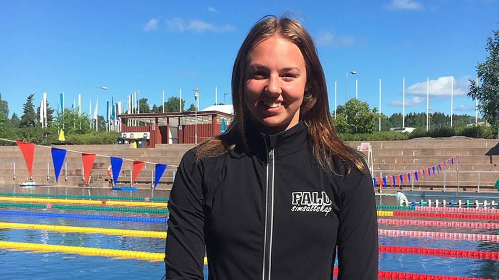 Sara Junevik framför utomhusbassängen på Lugnet i Falun