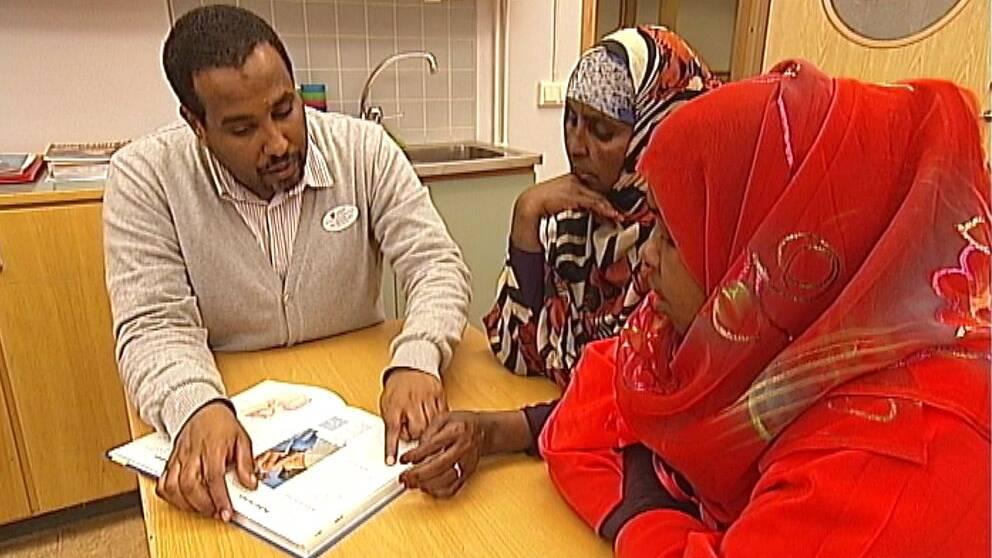 Många skolor har stora problem att involvera invandrarföräldrar i skolans arbete. Barnen kan lätt vilseleda sina föräldrar som ofta kan svenska sämre. I Linköping har man därför under flera år utvecklat en särskild föräldrautbildning.