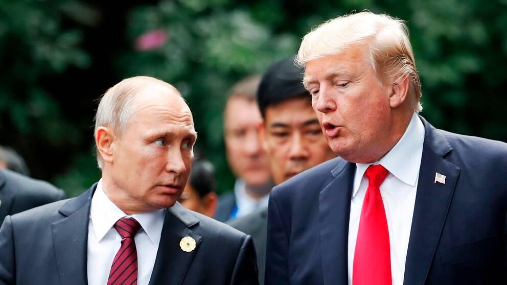 Vladimir Putin och Donald Trump i samtal under Apec-mötet