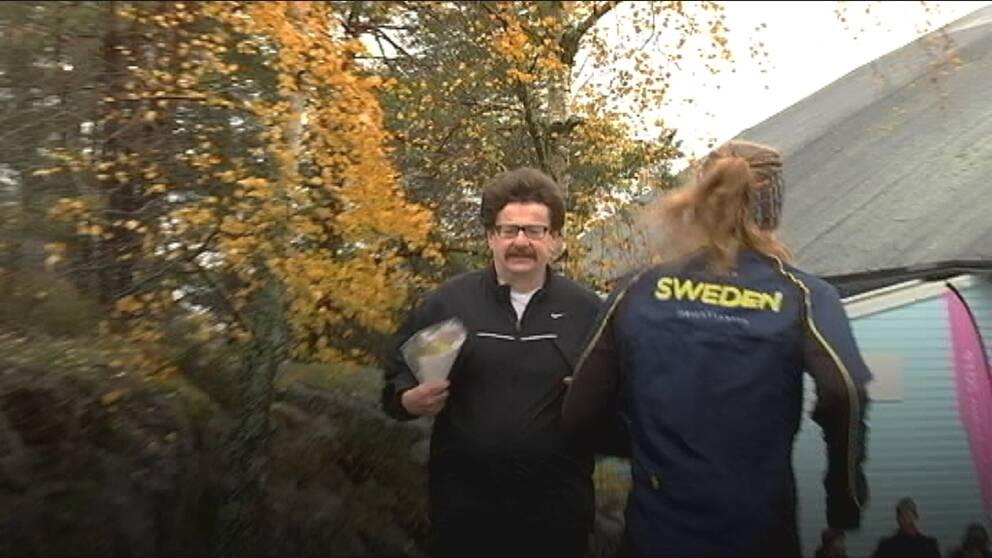 Lars Stjernkvist springer iklädd träningskläder. Han möter en landslagsorienterare.