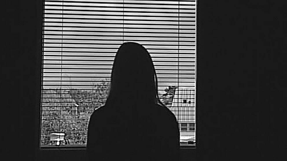 Kvinna framför fönster hedersvåld