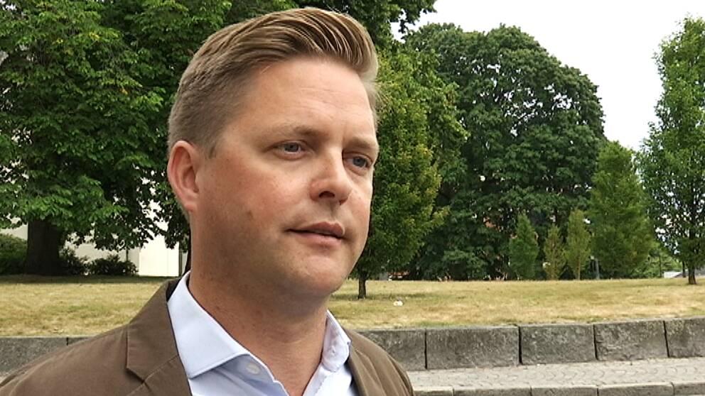 Christian Holm Barenfeld som tittar förbi kameran