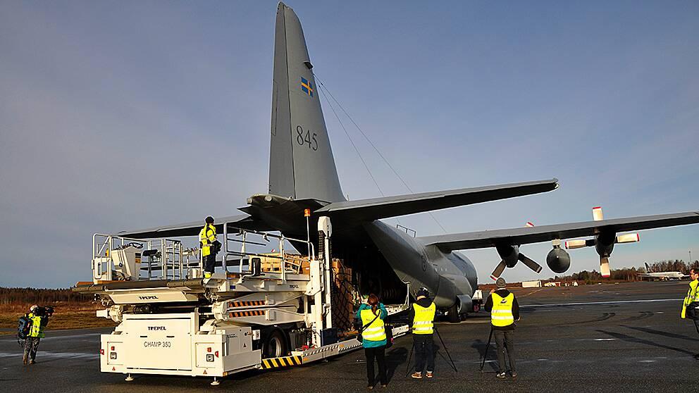 Personal från MSB i färd med att lasta planet som i måndags flög med utrustning från Örebro flygplats till Filippinerna.