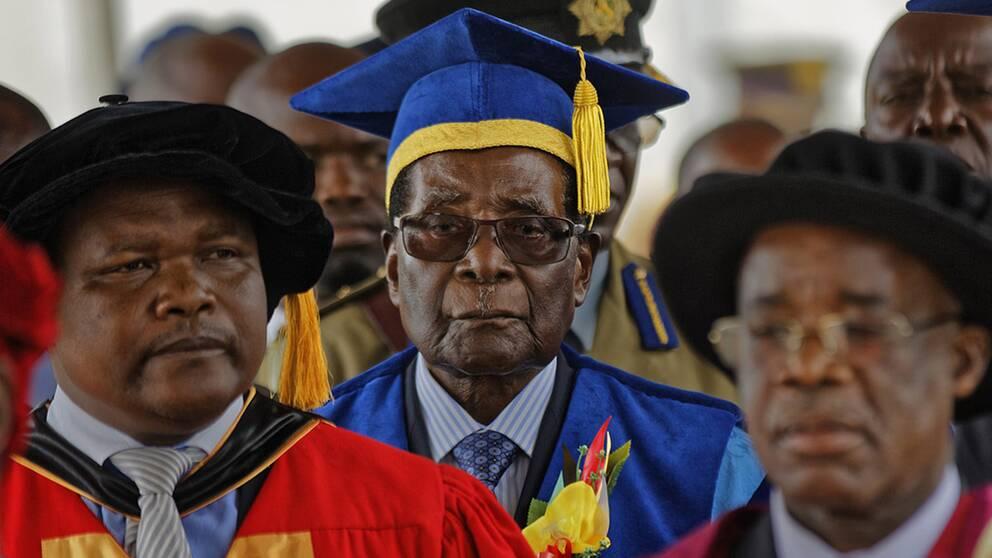 President Mugabe framträder på universitetet i Harare för första gången offentligt sedan husarresten.