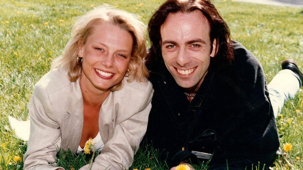 Helena Bergström och Rikard Wolff på gräset.